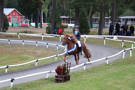 Ylöjärveläinen Miina Sarsama voitti juniorien T1-luokan A-finaalissa kultaa huippupistein (6.44).