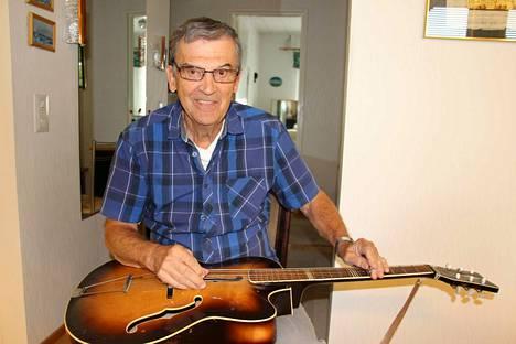 Pauli Simonen omistaa edelleen saman kitaran, jolla hän Spede Pasasen innoittamana soitti ensimmäiset havaijilaissoundinsa reilusti yli 50 vuotta sitten.