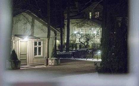Hallituspuolueiden johdon kokouspaikaksi luultiin aluksi pääministerin virka-asuntoa Kesärantaa, jonka edustalle media kokoontui sunnuntai-iltana. Kokous pidettiinkin Valtioneuvoston linnassa, ja se kesti melkein maanantain puolelle.