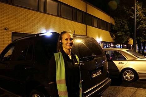 Kirsi Hallenberg nauttii työstään. Hän jakaa sanomalehtiä ja muuta postia Harjavallassa.
