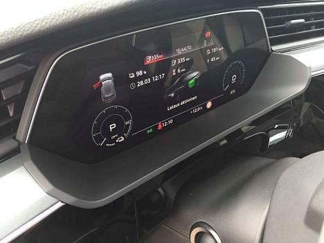 Auto on latauksessa, ja digimittaristo kertoo tietoja latauksen sujumisesta.