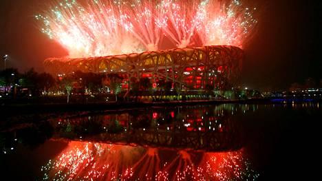 Pekingin kesäolympialaiset avattiin 8. elokuuta 2008. Vastaavaa mahtipontisuutta lienee luvassa myös helmikuussa, jolloin Peking isännöi talviolympialaisia. Edellisistä olympialaisista poiketen Kiina ei enää edes yritä esittää pyrkimystään avoimemmaksi ja moniäänisemmäksi yhteiskunnaksi.