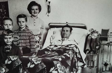 Kaikesta huolimatta onnellinen perhe, isä Kauko, äiti Hilkka ja pojat Juhani, Jouni ja Jouko.