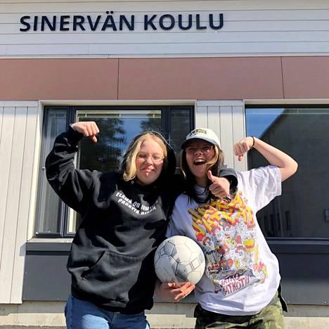 –Kesätöitä jalkapallon parissa! Moona Ilvesaho ja Riitu Putkimäki löysivät jo kesätöitä. He ohjaavat lasten jalkapallokerhoa Multian urheilukentällä ensi kesänä.