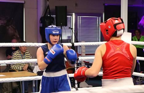 Sinisessä asussa otteleva Teresa Mäkinen nyrkkeili vahvasti latvialaista Nikolina Bokea vastaan.