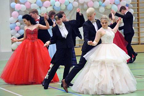 Korona siirsi lukion vanhojen tanssit helmikuulta helatorstain aattoon. Yleisöä tanssiaisiin ei nyt koronatilanteen takia otettu, mutta tansseista kuvattu video tulee katsottavaksi keskiviikkoiltana 12. toukokuuta.