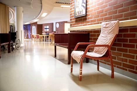 Osa Himmelin huonekaluista on suunniteltu taloon. Vanhat tuolit ovat olleet kovassa köytössä ja se näkyy.