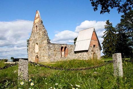 Valtaosa Ruotsin Karoliiniseen instituuttiin toimitetuista pääkalloista ryöstettiin Pälkäneen rauniokirkon kirkkomaasta.