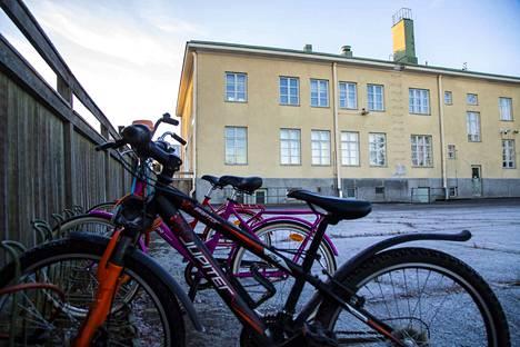 Tekstaripalstalla puhuttaa edelleen kouluverkkouudistus. Kuvassa Reposaaren koulu.