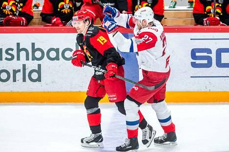 Jokerit ja Lokomotiv tahkosivat maaliskuussa KHL:n pudotuspelejä. Kuvassa Veli-Matti Savinainen (vas.) ja  Staffan Kronwall.