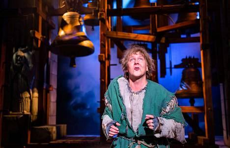 Notre Damen kellonsoittajassa Petrus Kähkösen näyttelemästä Quasimodosta kasvaa riipaiseva sankarihahmo, joka saa katsojien sympatian puolelleen.