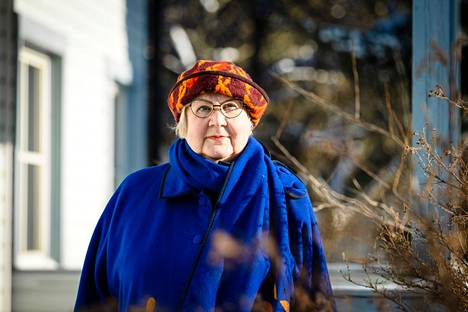 Kirjailija Anneli Kanto kuvattiin kotipihassaan maaliskuussa 2021.