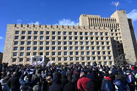Georgiassa tuhannet ihmiset ovat lähteneet kaduille osoittamaan mieltään maan hallitusta vastaan.