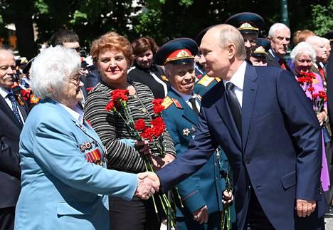 Venäjän presidentti Vladimir Putin osallistui maanantaina Muiston ja surun päivän juhlallisuuksiin tapaamalla toisen maailmansodan veteraaneja. Muistopäivää vietetään joka vuosi 22. kesäkuuta Saksaa vastaan aloitetun sodan (1941) kunniaksi. Juhlapäivä tunnetaan Venäjällä myös suuren isänmaallisen sodan alun päivänä.