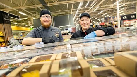 Harri Kaukosuo ja Sari Kankaansivu huolehtivat, että Mikkolan K-Citymarketista löytyy lounaita ja eväitä moneen makuun.