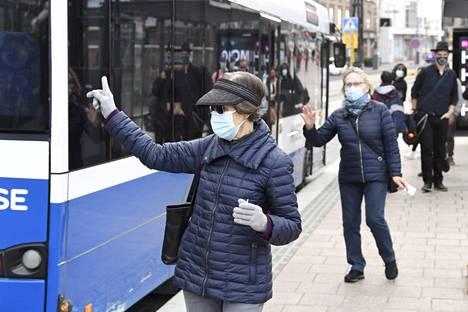 Valtakunnallinen kasvomaskisuositus muuttui eilen. Joukkoliikenne on kuitenkin yksi niistä paikoista, joissa maskin tarve on suuri. Matkustajien määrä luultavasti kasvaa etätyösuosituksen päätyttyä. Bussia Ratinan edustalla odottaneet matkustajat on kuvattu syyskuun alussa.