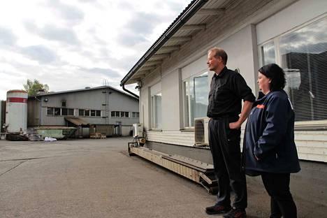 Ulefos Oy Niemisen valimon tuotantopäällikkö Jouni Ruohola ja laatupäällikkö Irene Salminen arvostavat valimon työntekijöiden työturvallisuuspanosta. Tiistaihin mennessä tapaturmattomia päiviä oli yhteensä jo 702.