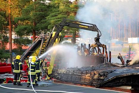 Hiittenharjun keskiviikkoiseen hotellipaloon pelastushenkilöstö joutui lähtemään suoraan Bolidenin palosta. Koko yön jatkuneet pelastustyöt verottivat väkeä, torstaina Bolidenilla paloi taas.