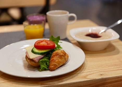 Kirjoittaja muistuttaa huumorin keinoin aamiaisen tärkeydestä.