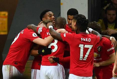 Manchester Unitedin Anthony Martial juhlii tekemäänsä joukkueensa kolmatta maalia pelaajaryhmän keskellä.