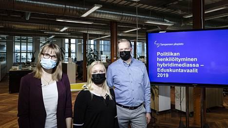 Laura Paatelainen (vas), Elisa Kannasto ja Pekka Isotalus esittelevät Aamulehden studiossa Tampereen yliopiston tuoretta tutkimusta politiikan henkilöitymisestä sosiaalisessa mediassa ja uutismediassa.