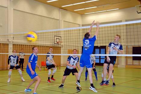 Junnujen Miro Mård (21) lyö ja Jarkko Hetekorpi (vas.) seuraa osuuko Joni Gröndahlin (9) yli leijuva pallo kenttään.