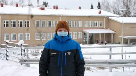 Savosenmäen koulun kuudesluokkalainen Miro Helander noudattaa maskisuositusta oppitunneilla.