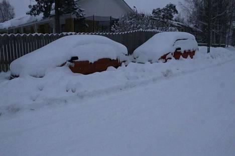 Lumitalvina katujen auraus herättää aina suuria tunteita. Nämä autot olivat jumissa Karjakontiellä Ikurissa.