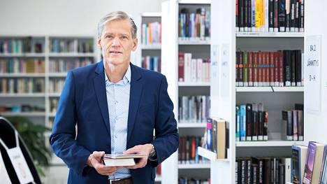 """""""Talousarvioaloitteet johtavat harvoin myönteiseen lopputulokseen. Silti on tärkeä pitää tätä tärkeää kohdetta esillä"""", Pauli Kiuru toteaa. Kokoomuksen kansanedustaja kuvattiin viime vuonna Valkeakosken kirjastossa."""