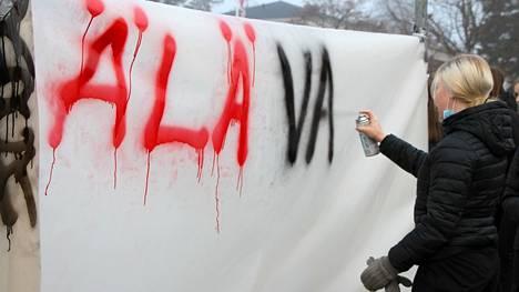 Vaikuta! -teemapäivässä Mänttä-Vilppulan yläkoulujen yhdeksäsluokkalaiset sekä Mäntän lukiolaiset pääsivät maalaamaan muun muassa banderollia.