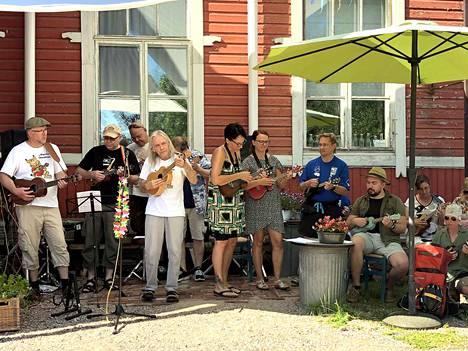 Soittotyöpajan osallistujista muodostettiin festaribändi, joka esiintyi yleisölle.