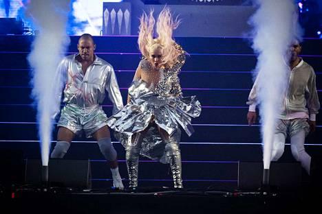 Christina Aguileran konsertti oli jaettu näytöksiin, joiden välissä Aguilera vaihtoi asusteesta toiseen.