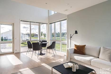 Pientaloasumisessa valoisuus ja suuret ikkunat ovat tällä hetkellä muodissa.