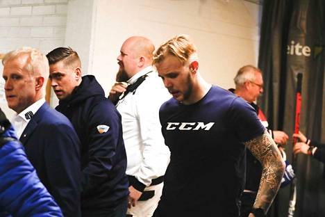 Taavi Vartiainen oli huolestunut Tuukka Mäntylän voinnista taklauksen jälkeen.