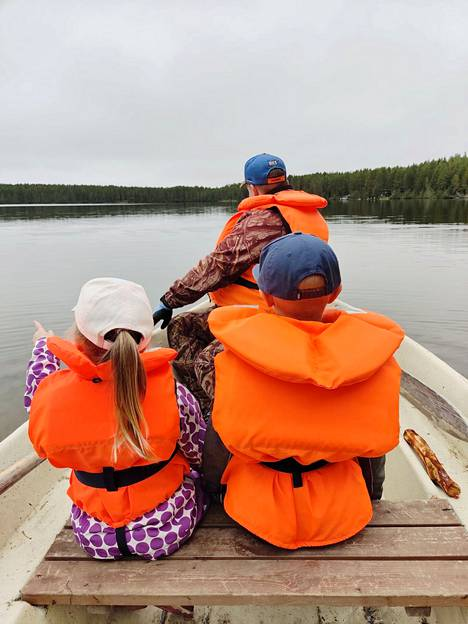 Outi piti kesälomansa tänä vuonna vasta elokuussa, jolloin perhe suuntasi sukulaispojan kanssa Osuuskaupan mökille Kuusamoon. Kuva Outin henkilökohtaisesta kuva-arkistosta.