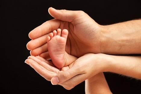 Sukusolujen luovuttaja ei saa tietää, kenelle hänen solujaan on luovutettu. Luovutetuista sukusoluista alkunsa saaneella lapsella on kuitenkin täysi-ikäisenä oikeus saada tietää luovuttajan henkilöllisyys. Tämä edellyttää, että hänelle on kerrottu asiasta.