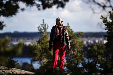 Johanna Sinisalo on harrastanut vuodesta 1996 asti pitkän matkan vaelluksia, erityisesti vuoristoissa. Hän on oppinut, että sekä vaellus että romaanin kirjoittaminen on tehtävä järkevissä etapeissa. Sinisalon taustalla Tampereen Pyynikillä näkyy Pyhäjärvi.