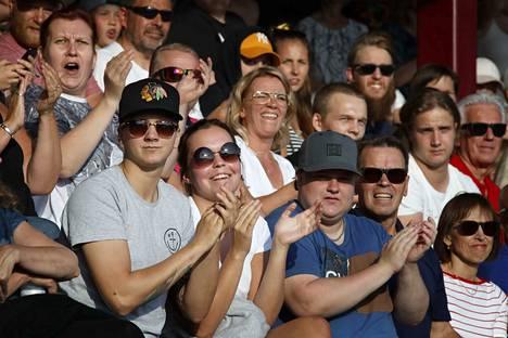 Janica Laine ja Laura Lehtimäki (aurinkolaseissa keskellä) ovat sen verran nuoria, ettei vuoden 2002 mestaruudesta ole juuri muistikuvia.