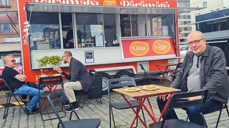 Janne Mäkinen omistaa osan Laukontorin pärämätsivaunusta ja Papinkadulla sijaitsevasta kortteliravintola Pyystä. Talvella vaunu on varastossa ja palaa kesäkauden alkaessa Laukontorille. Talvella pärämätsejä saa vain Pyystä.