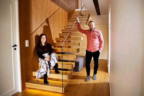 Elina ja Lauri Kristo valitsivat omaan taloonsa Grado Designin leijuvat tammiportaat. Mikään muu yritys Suomessa ei valmista leijuvia portaita.