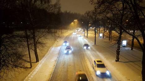 Taivaalta on perjantaina luvassa vettä niin lumena, räntänä kuin vetenäkin. Se voi tietää liukkautta tienpinnoille.