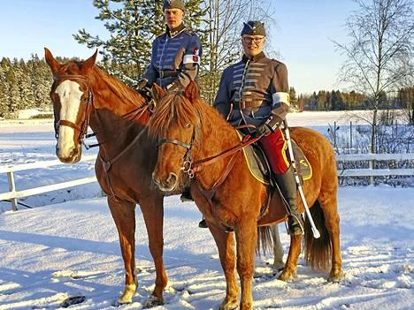 Tamperelaiset Jukka Ikonen ja Roope Korpinen ratsuväen uniformuissa vuodelta 1922. Paraatissa on mukana 33 ratsukkoa.