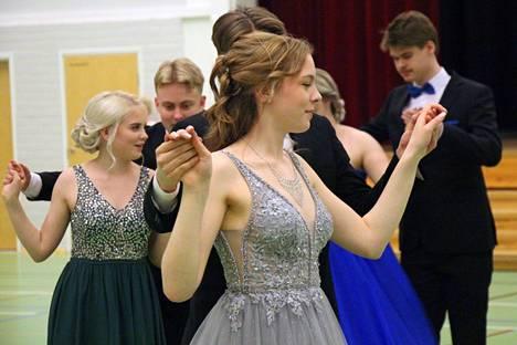Ilmeet olivat iloiset ja puvut upeat, kun Keuruun lukion vanhat juhlivat helmikuulta siirrettyä vanhojenpäiväänsä tanssien keskiviikkona. Katso Veeti Saleniuksen kuvaama video tanssiaisista, linkki videoon jutussa tuolla alla.