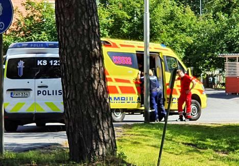 Ensihoito tarkisti mopon kuljettajan kunnon perjantaina Lehtiniemen risteyksessä tapahtuneessa liikenneonnettomuudessa.