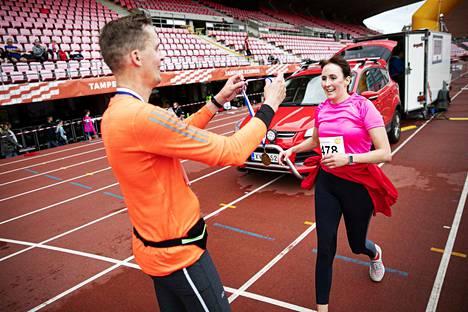 Teuvalainen Markus Vaitiniemi pujotti vaimonsa Jennin kaulaan mitalin puolimaratonista ja juhli hänen kanssaan 17 vuoden avioliittoa