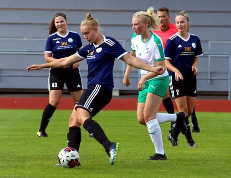 FC Nokian Lotta Hautamäki (takana vas.), Senni Viren (pallon kanssa) ja Ella Saranpää (takana oik.) hakivat tasapelipisteen Raisiosta. Ella Saranpää teki FC Nokian maalin.