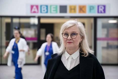 Sairaanhoitopiirin henkilöstöjohtaja Raija Ruoranen kertoo, että neuvotteluissa yritetään mallintaa henkilöstöjärjestöjen kanssa, millainen epidemiakauden muuttuvan mallin pitäisi olla.