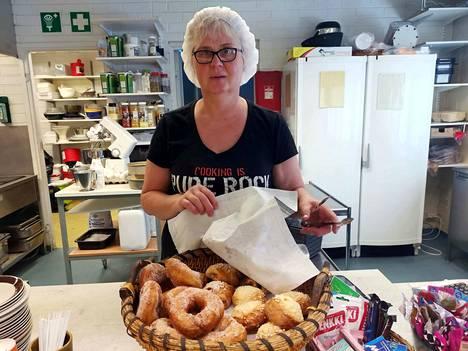 Tarja Ahonen oli leiponut tiistaiaamuna uunituoretta Walkin ruokalan asiakkaille. Hän sanoo, ettei ole 40 vuoden työuran jälkeen kyllästynyt ruuanlaittoon ja asiakaspalveluun, mutta yrittäjyyteen liittyviä paperitöitä hän ei jää kaipaamaan.
