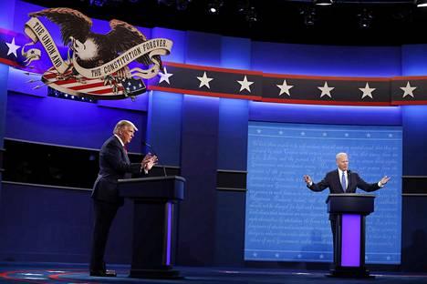 Jatkokautta hakevan Yhdysvaltain presidentin Donald Trumpin (vas.) ja demokraattien vastaehdokkaan Joe Bidenin välinen toinen ja viimeinen vaaliväittely pidettiin Nashvillessä perjantaina aamuyöllä Suomen aikaa. Vaalipäivä on 3. marraskuuta.