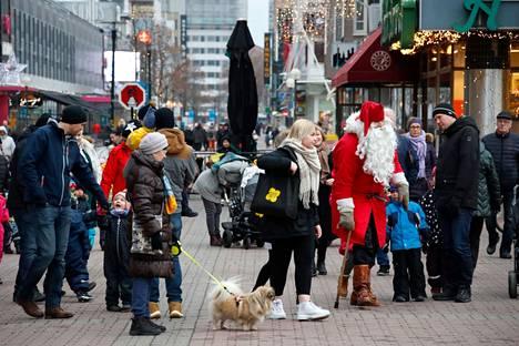 Koronarajoituksista ei ollut vielä tietoakaan, kun joulupukki kävi Porin viime vuoden joulunavauksessa.